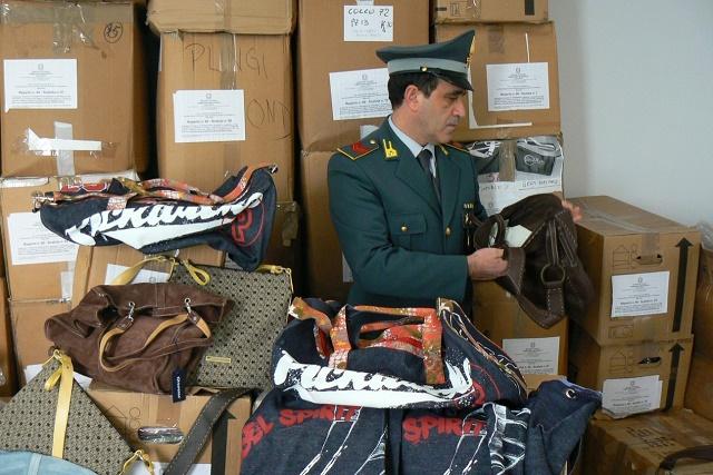 Il fatturato della contraffazione vale 6,9 miliardi di euro e cresce del 4,4% rispetto al 2012