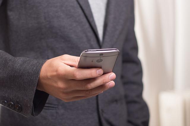 Manager italiani stakanovisti sotto l'ombrellone. 9 su 10 resteranno connessi con l'ufficio da smartphone