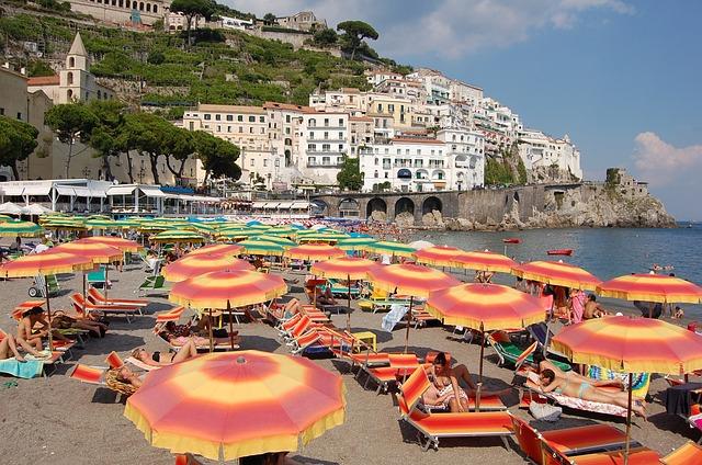Balneatori. Agosto boom per le spiagge italiane, ombrelloni sold out come nel 2015