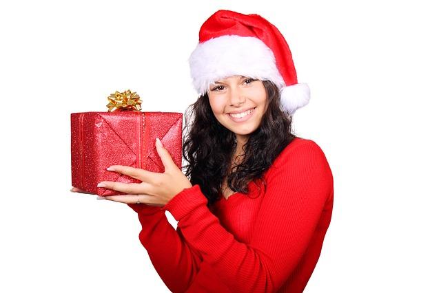 Natale 2016. Abbigliamento, libri e gastronomia: ecco i regali più desiderati dagli italiani