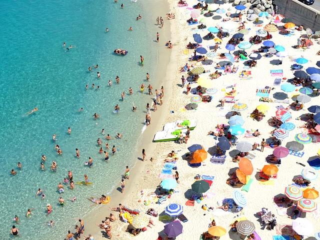 Vacanze estive degli italiani, 32 milioni in viaggio. Per 6 su 10 ferie sotto l'ombrellone