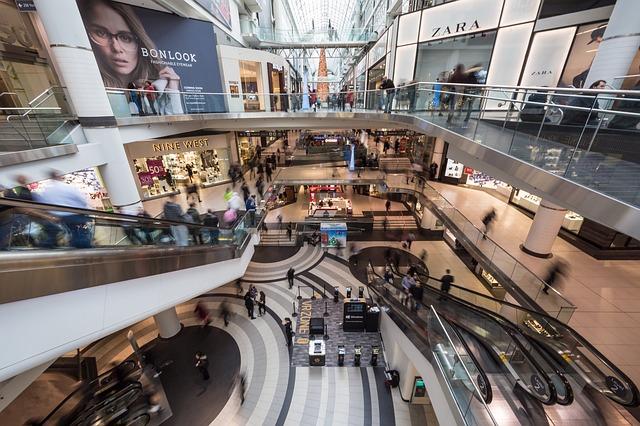 Commercio: aperto sempre? Gli italiani non sono convinti: 6 su 10 favorevoli a chiudere le attività commerciali nei giorni di festa