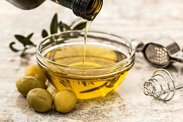 Prezzi all'ingrosso: ad aprile nuovo ribasso per l'olio di oliva. Ancora aumenti per il burro