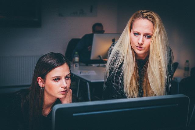Donne al lavoro: si formano il 12% di più, migliorano di più, si re-impiegano più velocemente e fanno carriera.