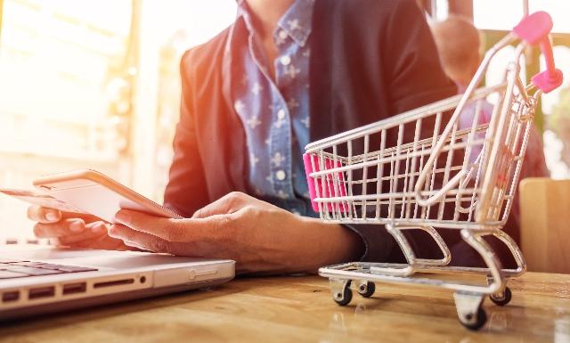 Gli italiani e l'attesa online del Natale:   gli acquisti online degli italiani tra novembre e dicembre valgono circa 6,8 miliardi di euro (il 25% della domanda eCommerce annuale)