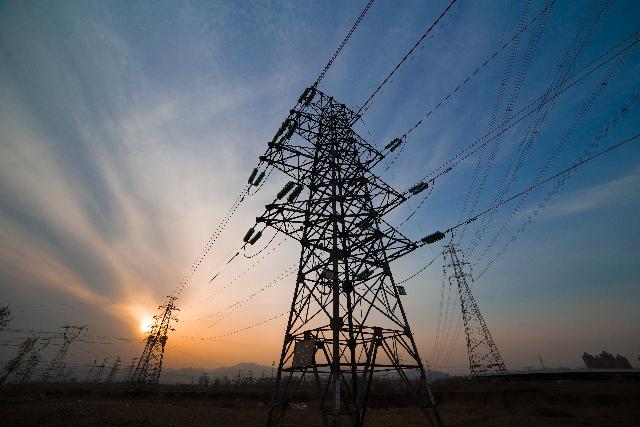 Energia: elettricità, aumenti a due cifre per le PMI, ai massimi in 10 anni per le famiglie