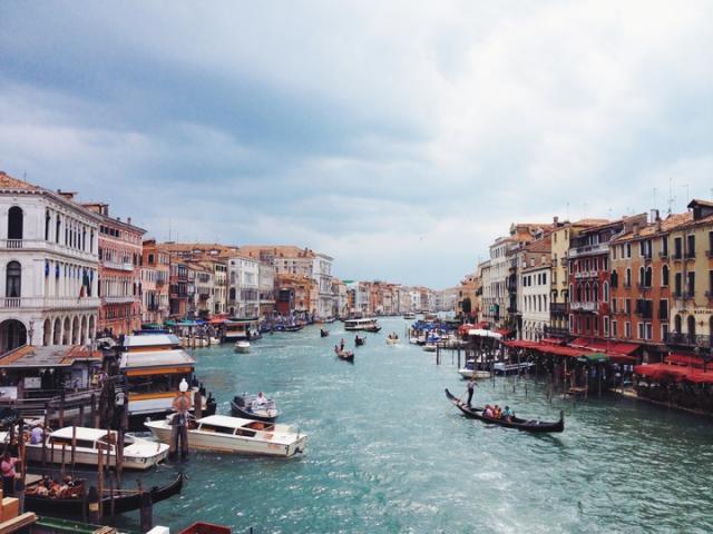 Continua a crescere il turismo internazionale. Ma premia solo alcune destinazioni e si concentra in pochi mesi