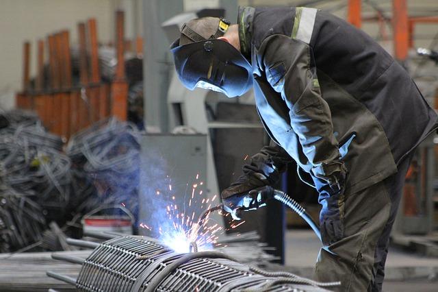 Istat: a giugno contenuta flessione congiunturale della produzione industriale