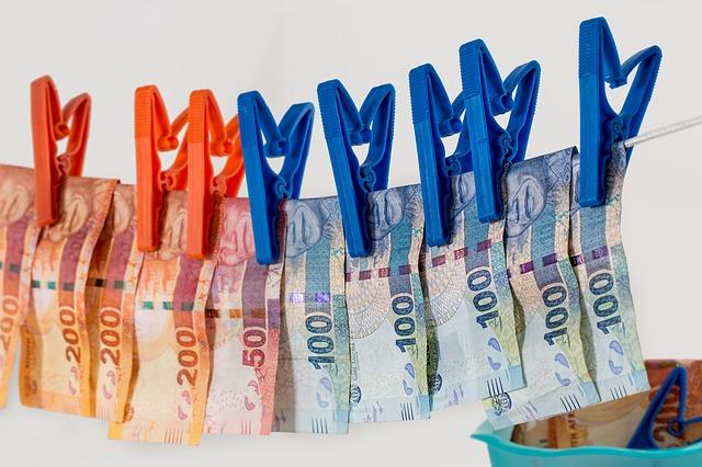 L'incasso di assegni di cospicuo importo per conto terzi può configurare il reato di riciclaggio