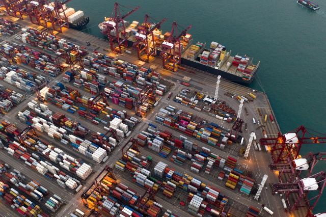 A dicembre il calo congiunturale dell'export coinvolge sia l'area Ue sia quella extra Ue