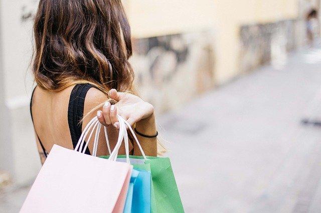 Saldi: Confesercenti, vendite di fine stagione più convenienti e lunghe di sempre per superare le difficoltà, 27mila negozi di moda a rischio chiusura nel 2020