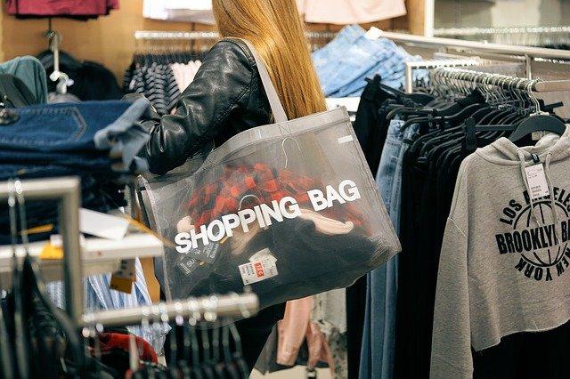 Più voglia di acquisti ma meno soldi da spendere