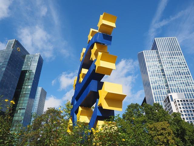 IHS Markit PMI: la forte crescita manifatturiera non riesce a controbilanciare la contrazione del terziario dell'eurozona
