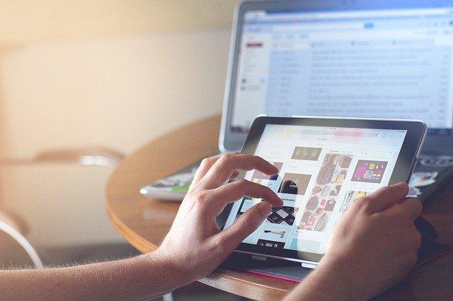 Smart living: la tecnologia digitale spaventa e allontana chi non la conosce, ma nel turismo e nel commercio è considerata un'opportunità