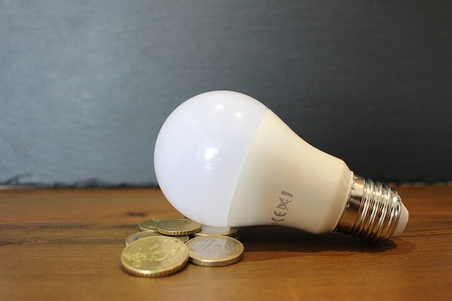 Costo energia per il terziario: per le imprese elettricità meno cara negli ultimi 10 mesi (-9%), ma gas in aumento del 10%