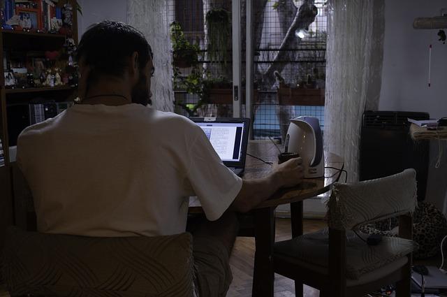 """In una ricerca condotta da Epson, i lavoratori rivelano incubi e segreti del loro """"ufficio a casa"""""""
