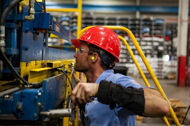 Dopo cinque mesi di crescita, a maggio la produzione industriale diminuisce
