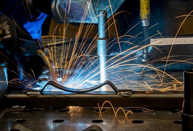 Il fatturato dell'industria diminuisce a maggio, ma la crescita su tre mesi rimane marcata