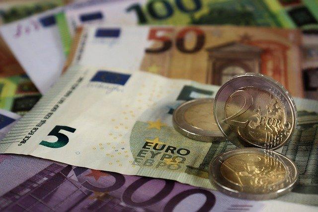 Credito e liquidità per famiglie e imprese: ancora attive moratorie su prestiti del valore di circa 64 miliardi, oltre 202,5 miliardi il valore delle richieste al Fondo di Garanzia PMI; raggiungono i 29,1 miliardi di euro i volumi complessivi dei prestiti garantiti da SACE